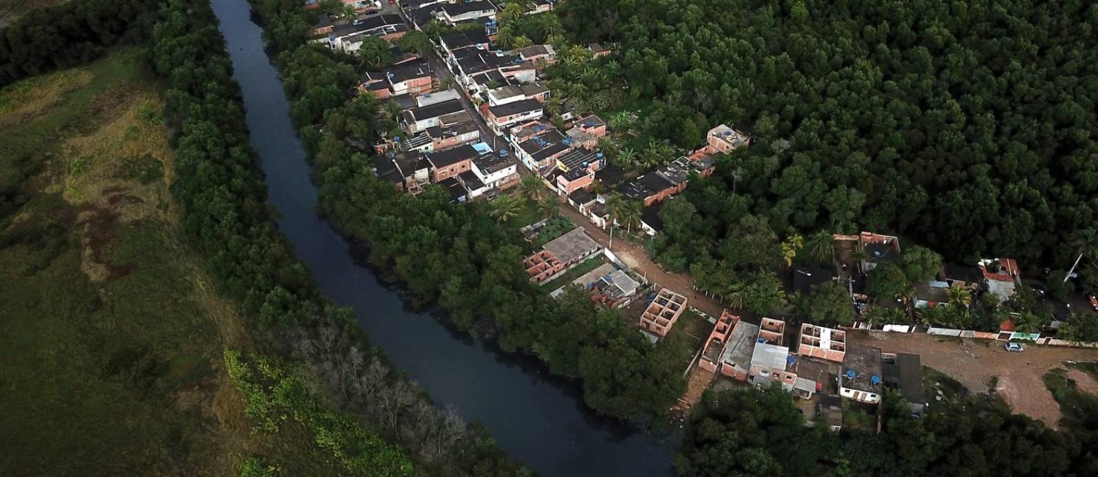 Novas construções avançam em área de manguezal próximo ao Rio Piraquê, em Guaratiba, Zona Oeste do Rio Foto: Custódio Coimbra / Agência O Globo