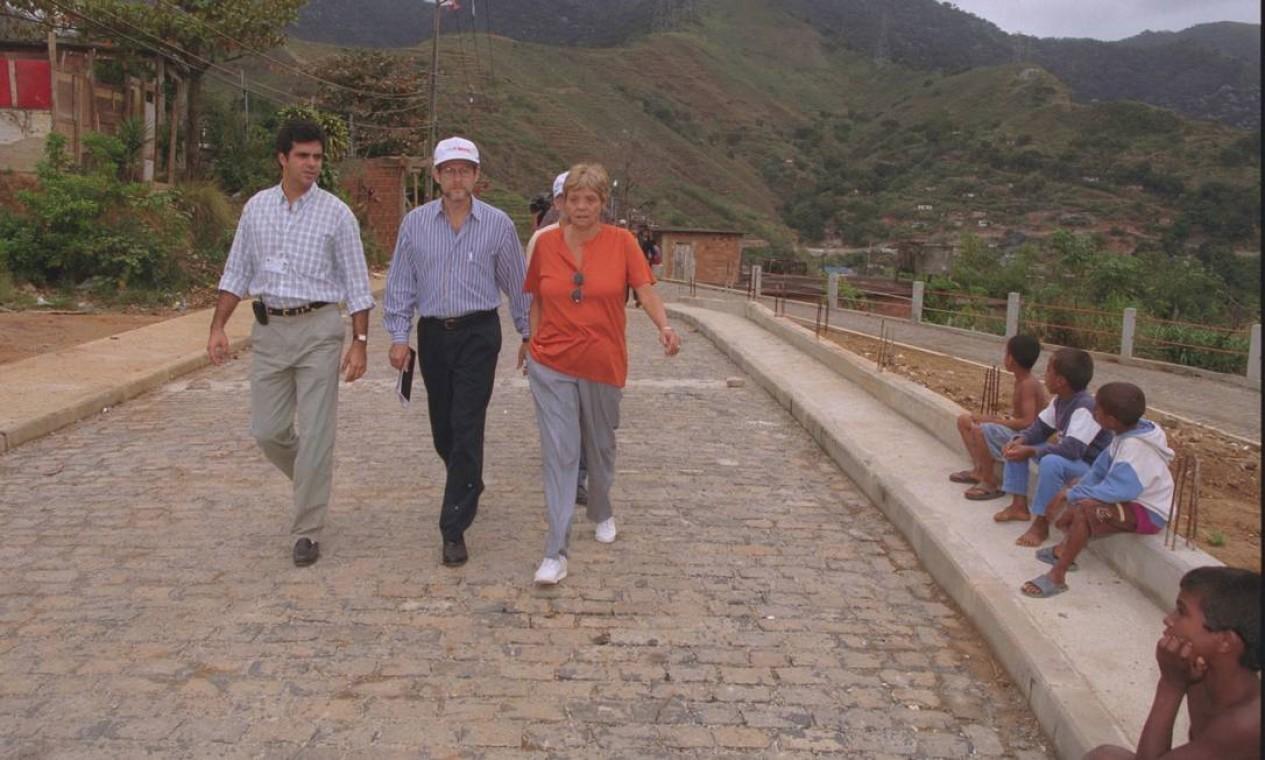 O chefe da missão do BID, José Brakas (de boné), visita melhorias no Morros do Borel, na Tijuca, em julho de 1999 Foto: Domingos Peixoto / Agência O Globo