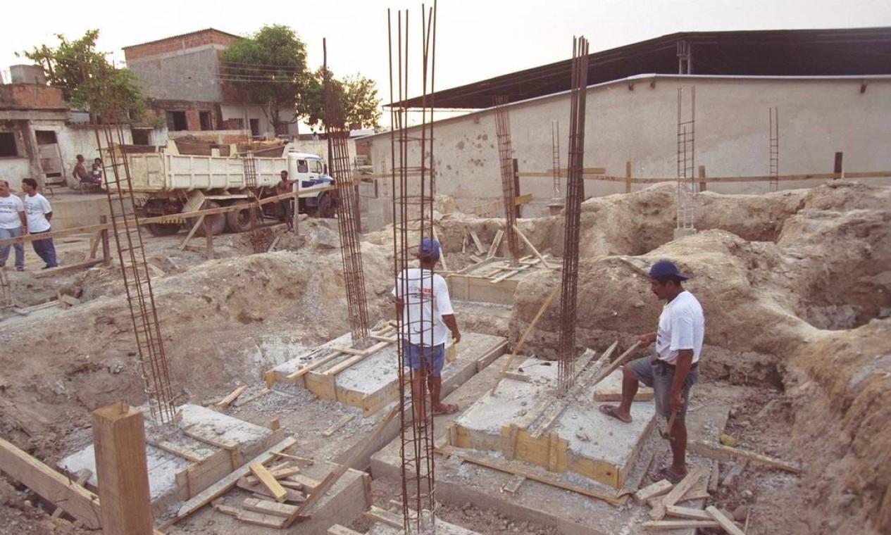 Construção de creche no Morro do Fubá, em Cascadura, em março de 1998. Programa é considerado um modelo na área de políticas públicas pelo BID Foto: Camilla Maia / Agência O Globo