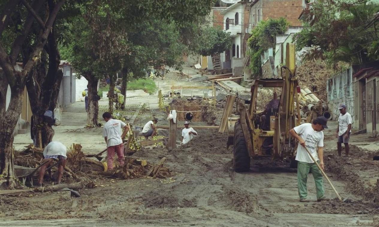 Obras de drenagem na Rua Comendador Pinto, no Complexo do Fubá-Campinho, em 1998 Foto: Carlos Ivan / Agência O Globo
