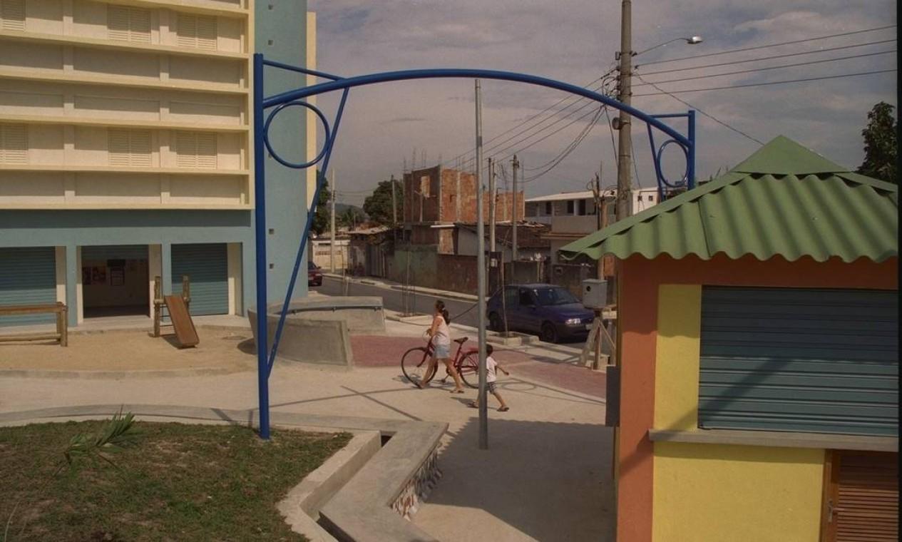 Praça Cesário de Melo e o Centro Gerador de Renda, em Divineia, entregue em 1998 pela prefeitura Foto: Luís Alvarenga / Agência O Globo