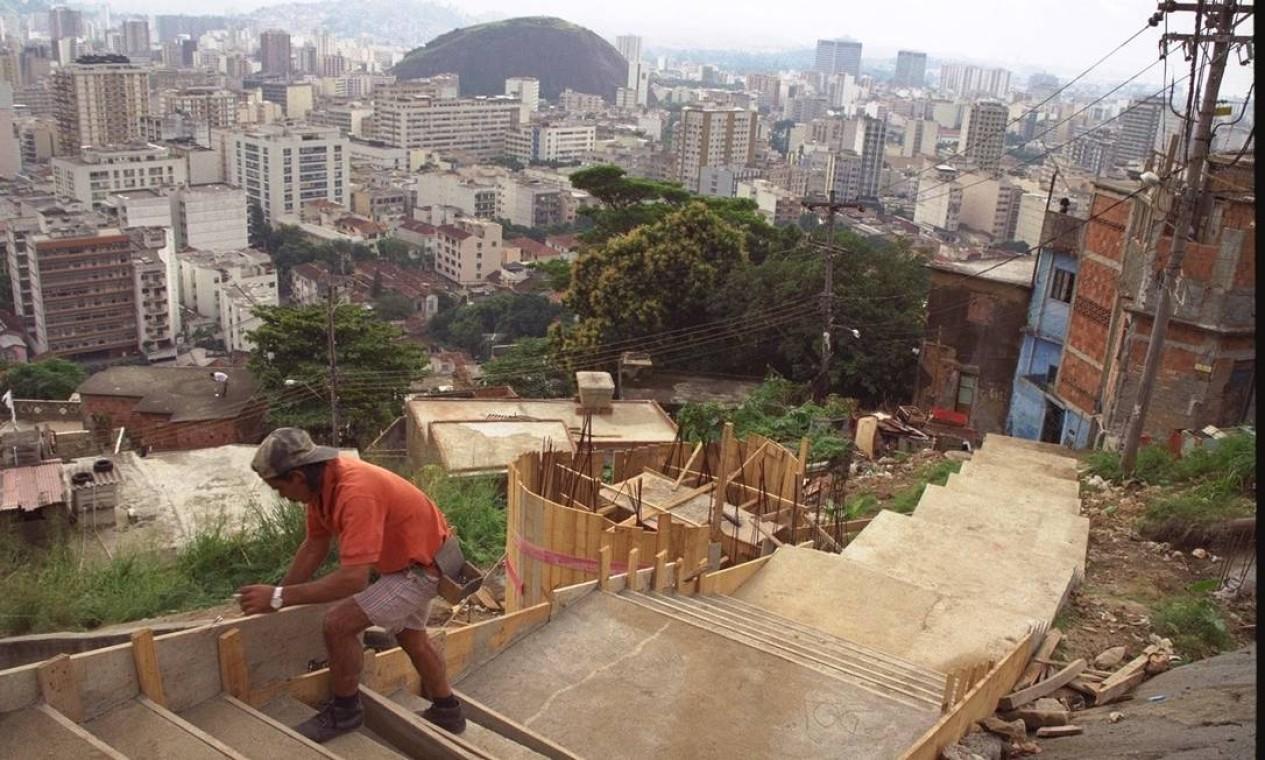 Obras do programa no Morro do Salgueiro, em 1998 Foto: Luís Alvarenga / Agência O Globo
