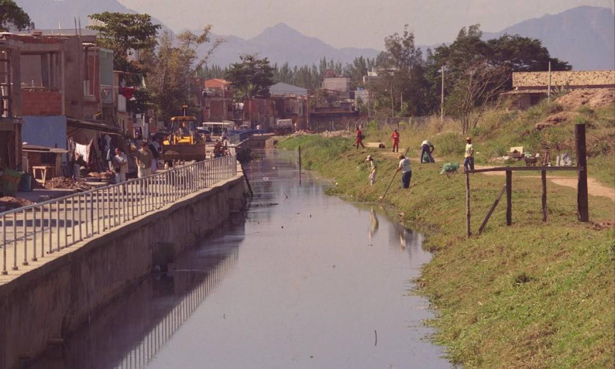 Limpeza e dragagem do Canal das Tachas, no Recreio dos Bandeirantes, em 1999, na Rua Teotônio Vilela Foto: Fábio Seixo / Agência O Globo