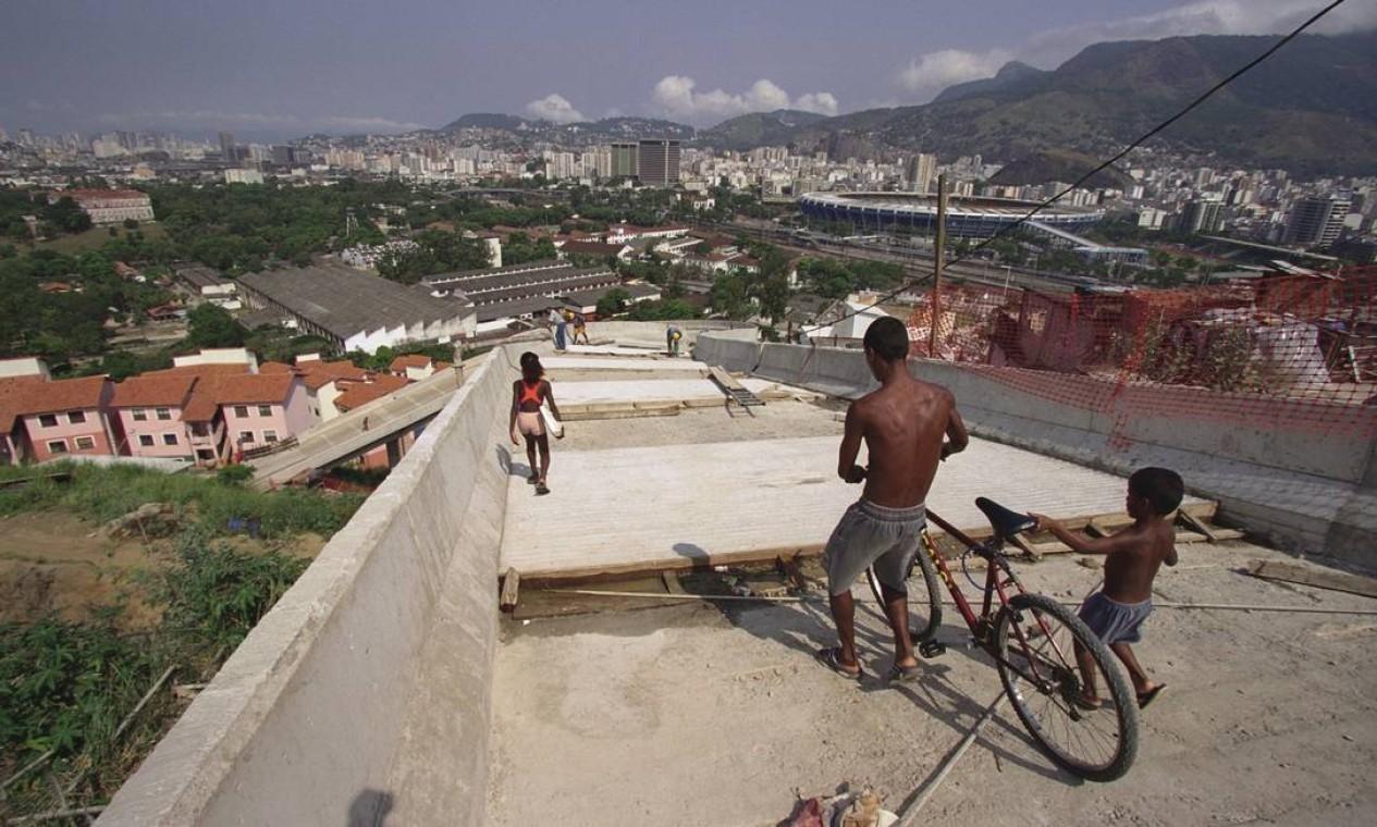 Construção do viaduto no Morro da Mangueira, em outubro de 2000 Foto: Alaor Filho / Agência O Globo