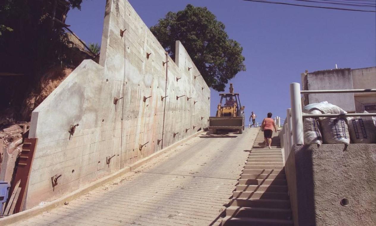 Muro de contenção no Morro do Dendê, na Ilha do Governador, em 2003 Foto: Adriana Calderoni / Agência O Globo