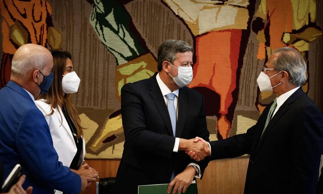 O ministro da Economia, Paulo Guedes, entrega o projeto de reforma tributária ao presidente da Câmara, Arthur Lira Foto: Pablo Jacob / Agência O Globo (25/06/2021)