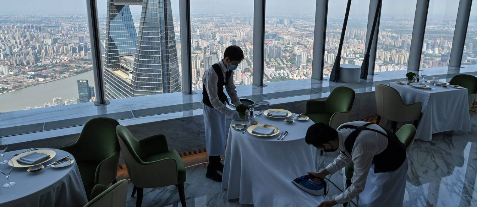 Restaurante no 120º andar do J Hotel, em Pudong, distrito financeiro de Xangai; linhas modernas das cidades são exemplos de crescimento que PC chinês aponta como sua maior fonte de legitimidade Foto: HECTOR RETAMAL / AFP