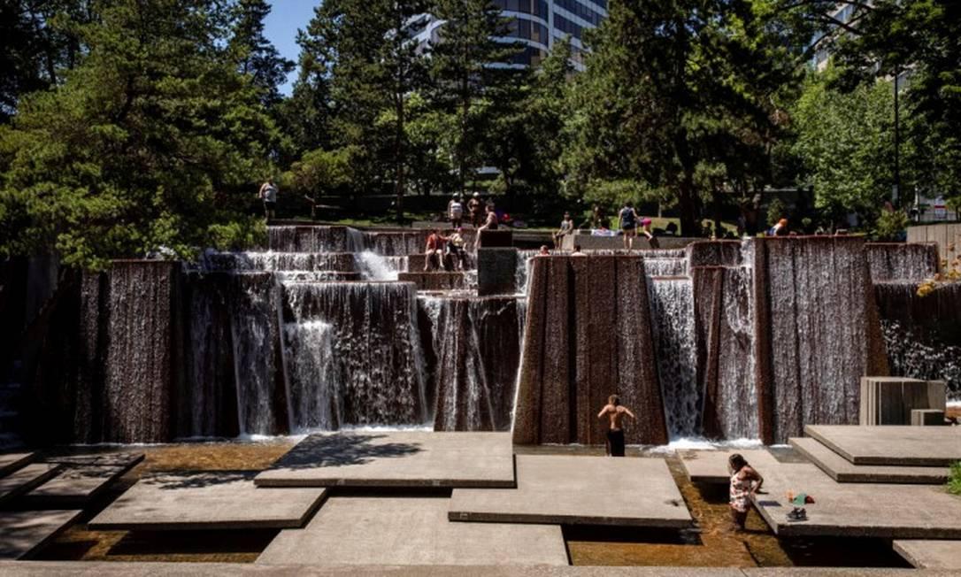 Moradores tentam se refrescar em fonte pública durante onda de calor em Portland, Oregon, nos EUA (27-06-21) Foto: MARANIE STAAB / REUTERS