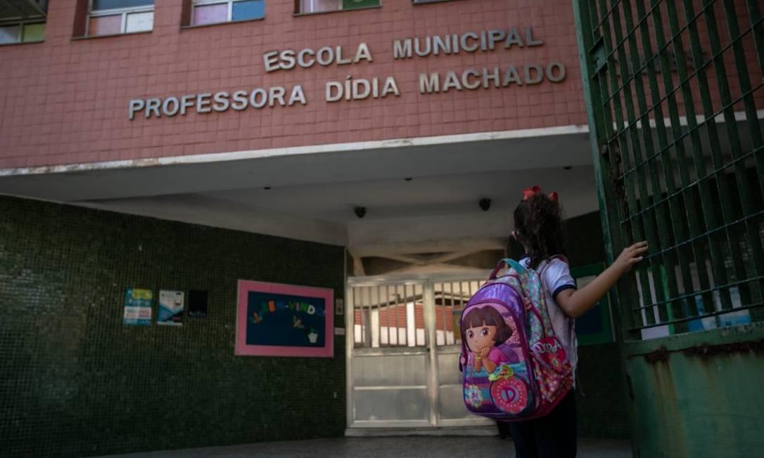 Estudante na entrada da Escola Municipal Professora Didia Machado Machado, na Barra da Tijuca Foto: Brenno Carvalho em 07/04/2021 / Agência O Globo