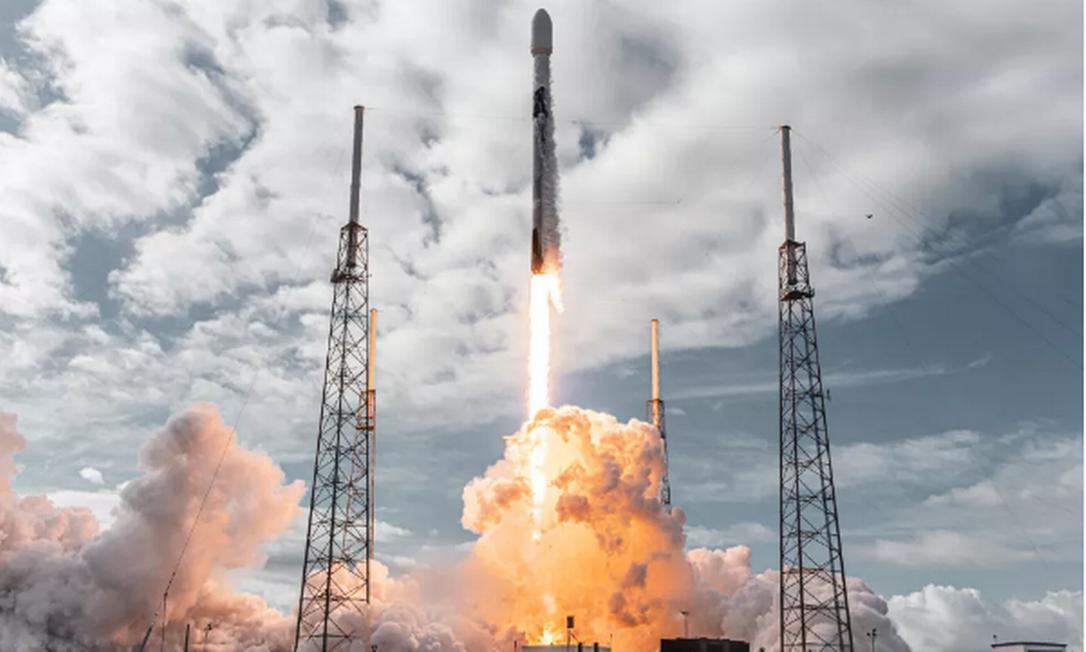Foguete Falcon 9 durante lançamento com 143 satélites Foto: SpaceX