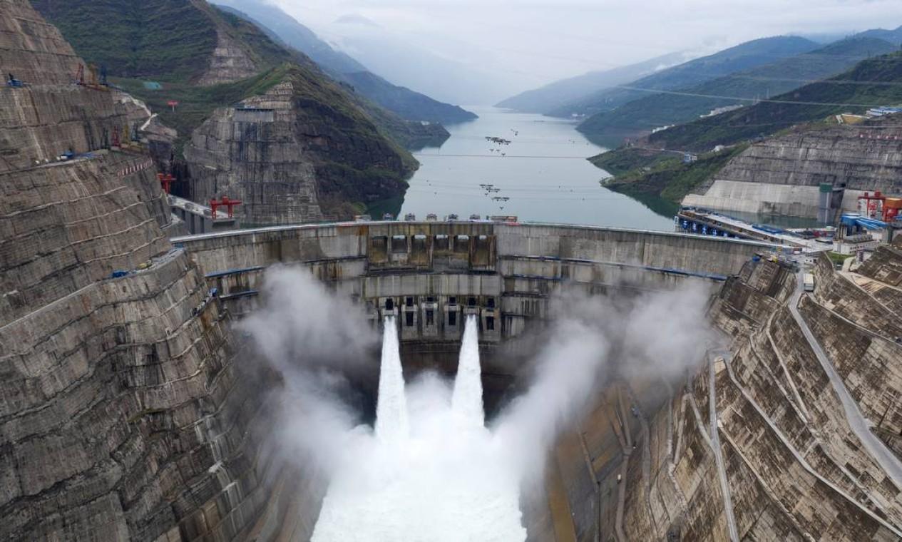 A usina está localizada no rio Jinsha, na seção superior do rio Yangtzé, e atravessa as províncias de Yunnan e Sichuan, no sudoeste da China Foto: STRINGER / REUTERS