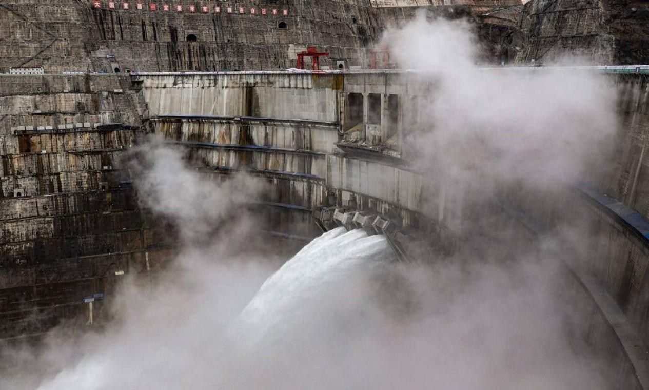 Quando estiver em plena operação, o projeto Baihetan deverá economizar aproximadamente 19,68 milhões de toneladas de carvão padrão e reduzirá as emissões anuais de dióxido de carbono em 51,6 milhões de toneladas, de acordo com a China Three Gorges Corporation (CTGC), que construiu a usina Foto: STR / AFP