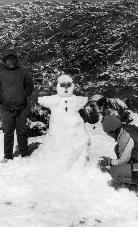 Turistas fazem boneco de neve no Parque Nacional de Itatiaia, em 1985 Foto: Moacir Gomes / Agência O Globo