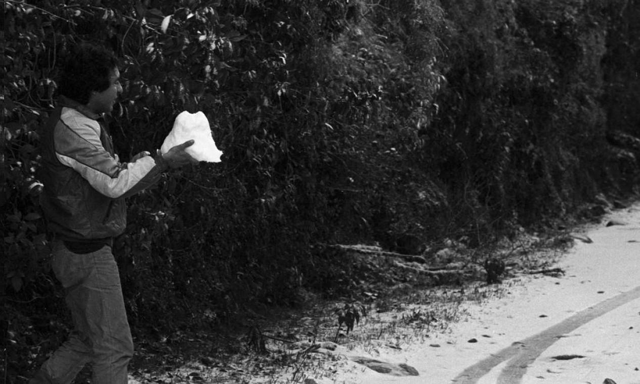 Homem carrega bloco de neve Foto: Moacir Gomes / Agência O Globo