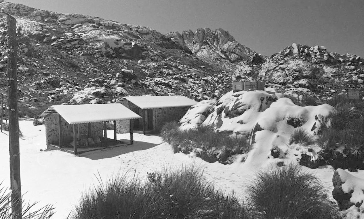 Presos no abrigo a 2.350 metros de altitude, as pessoas não tinham mais o que fazer além de brincar de produzir bolas e bonecos de neve enquanto esperavam a neve derreter Foto: Moacir Gomes / Agência O Globo