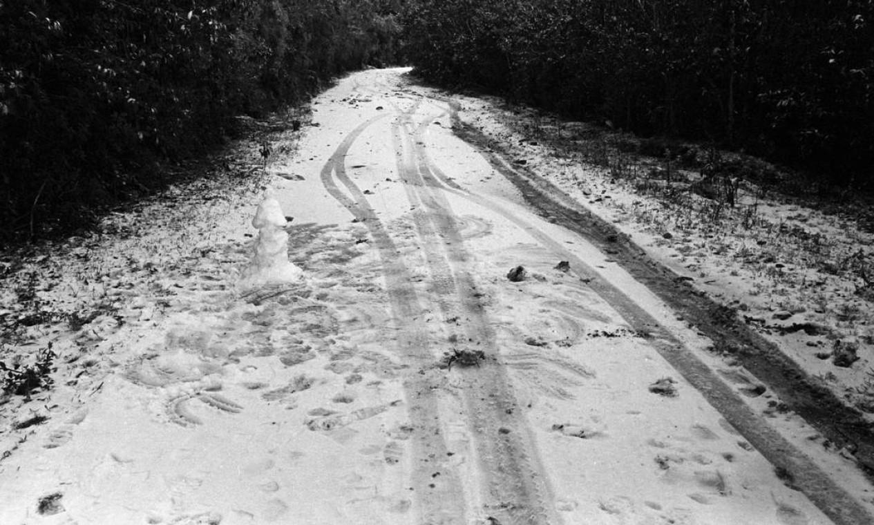 Estrada ficou coberta de neve no Parque Nacional Foto: Moacir Gomes / Agência O Globo