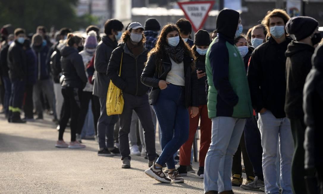 Pessoas fazem fila para tomar vacina anti-Covid em Paso de Carrasco, no departamento de Canelones, no Uruguai Foto: EITAN ABRAMOVICH / Agência O Globo/26-5-21