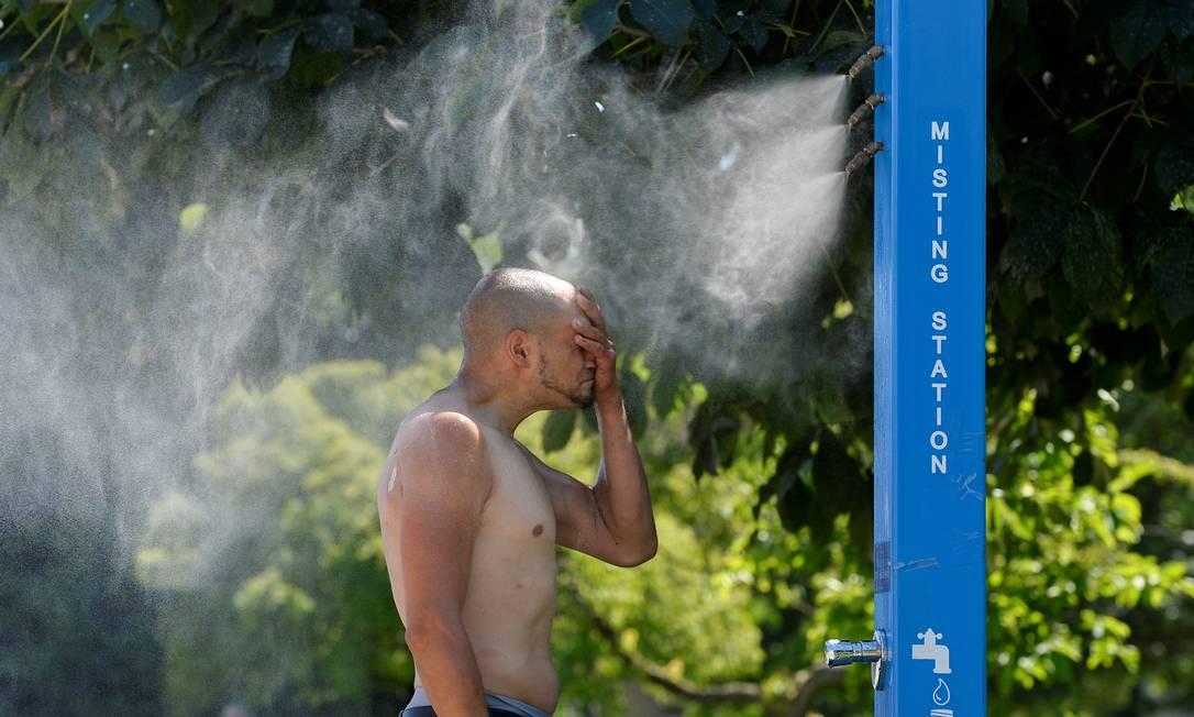 Homem se refresca em meio a onda de calor histórica no Canadá Foto: JENNIFER GAUTHIER / REUTERS