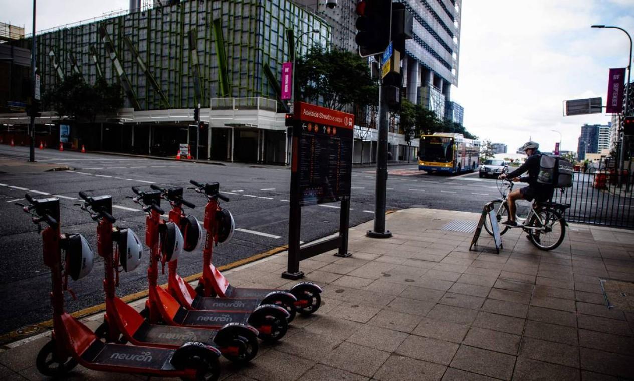 Um entregador é visto em Brisbane deserta Foto: PATRICK HAMILTON / AFP