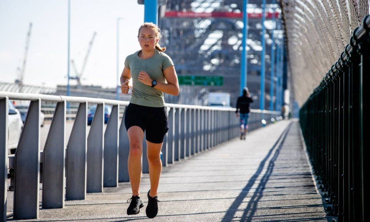 Corredora se exercita na Brisbane Story Bridge quase deserta Foto: PATRICK HAMILTON / AFP