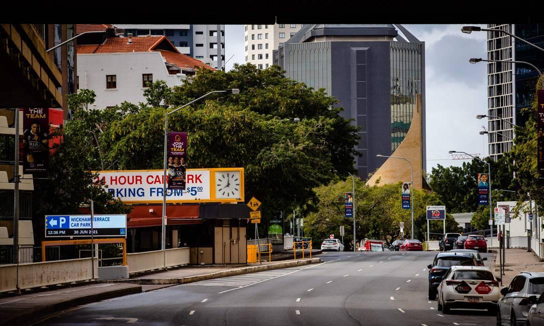 Rua deserta é vista no distrito comercial central de Brisbane Foto: PATRICK HAMILTON / AFP