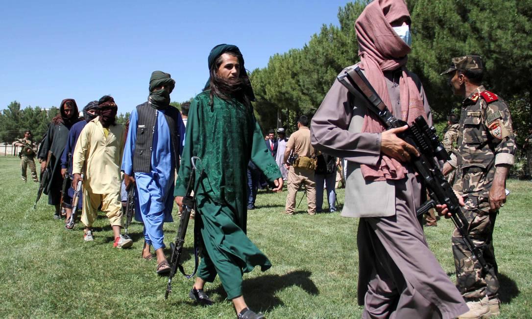 Integrantes do Talibã participam de uma cerimônia de entrega de armas às autoridades afegãs na província de Herat, no dia 24 de junho Foto: STRINGER / REUTERS