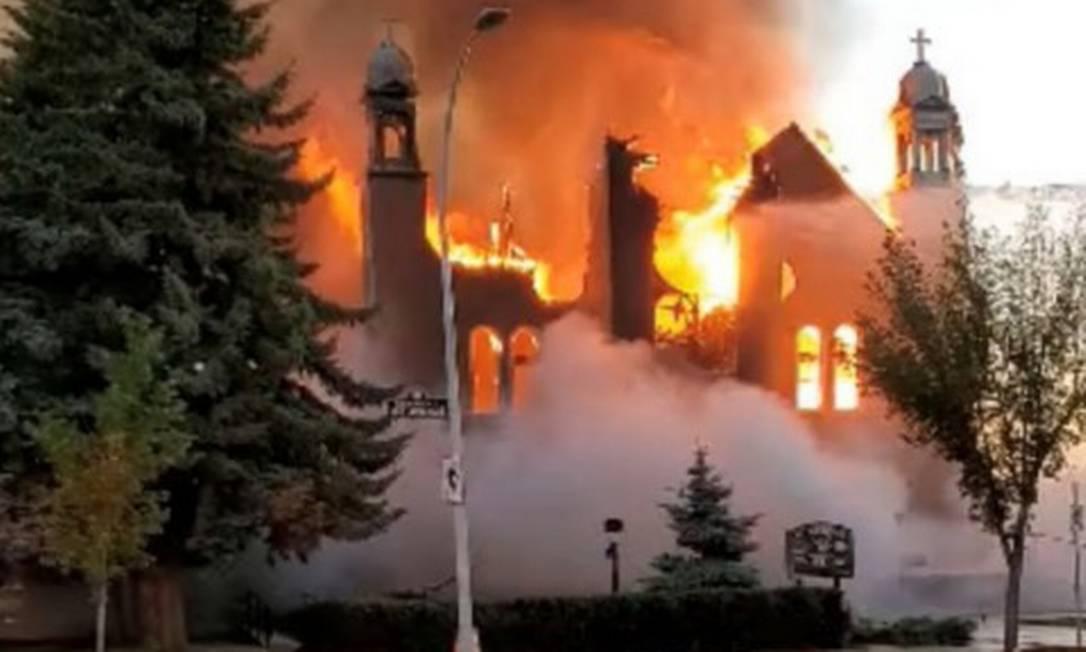 Incêndio na igreja São João Batista, em Morinville Foto: DIANE BURREL / DIANE BURREL via REUTERS