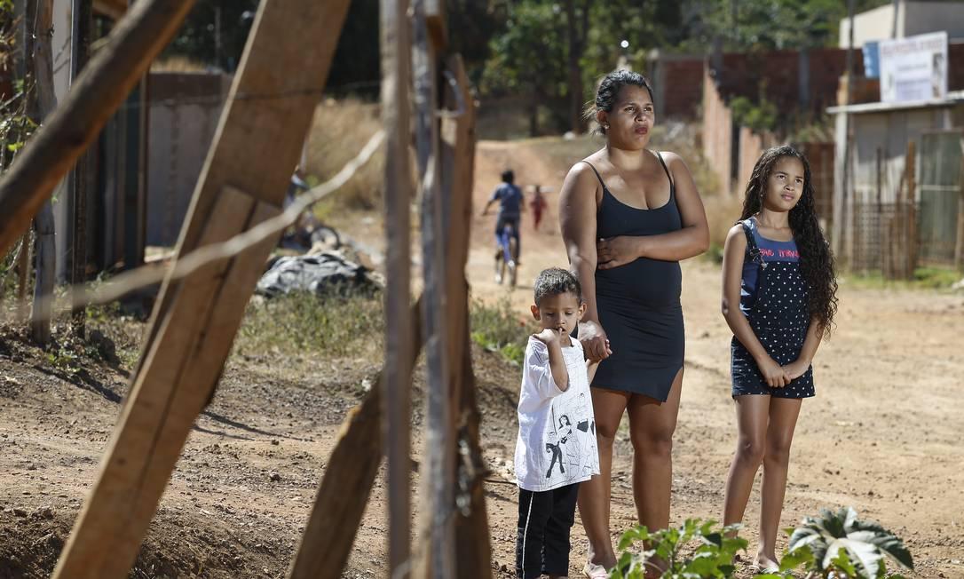 Sem emprego, Larisse Soares recebeu a merenda dos filhos, Heitor e Lara, só duas vezes na pandemia: 'Às vezes não tem outro jeito, eu peço ajuda' Foto: Cristiano Mariz / Agência O Globo