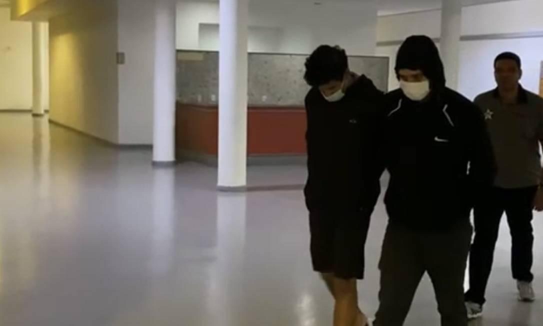 Os dois presos chegando à sede da Dcod, na Cidade da Polícia Foto: Reprodução