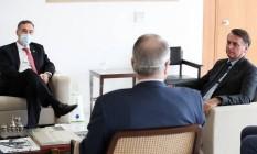O presidente Jair Bolsonaro, durante reunião no Planalto com os ministros Luís Roberto Barroso e Edson Fachin, do TSE Foto: Marcos Corrêa/Presidência/13-05-2020