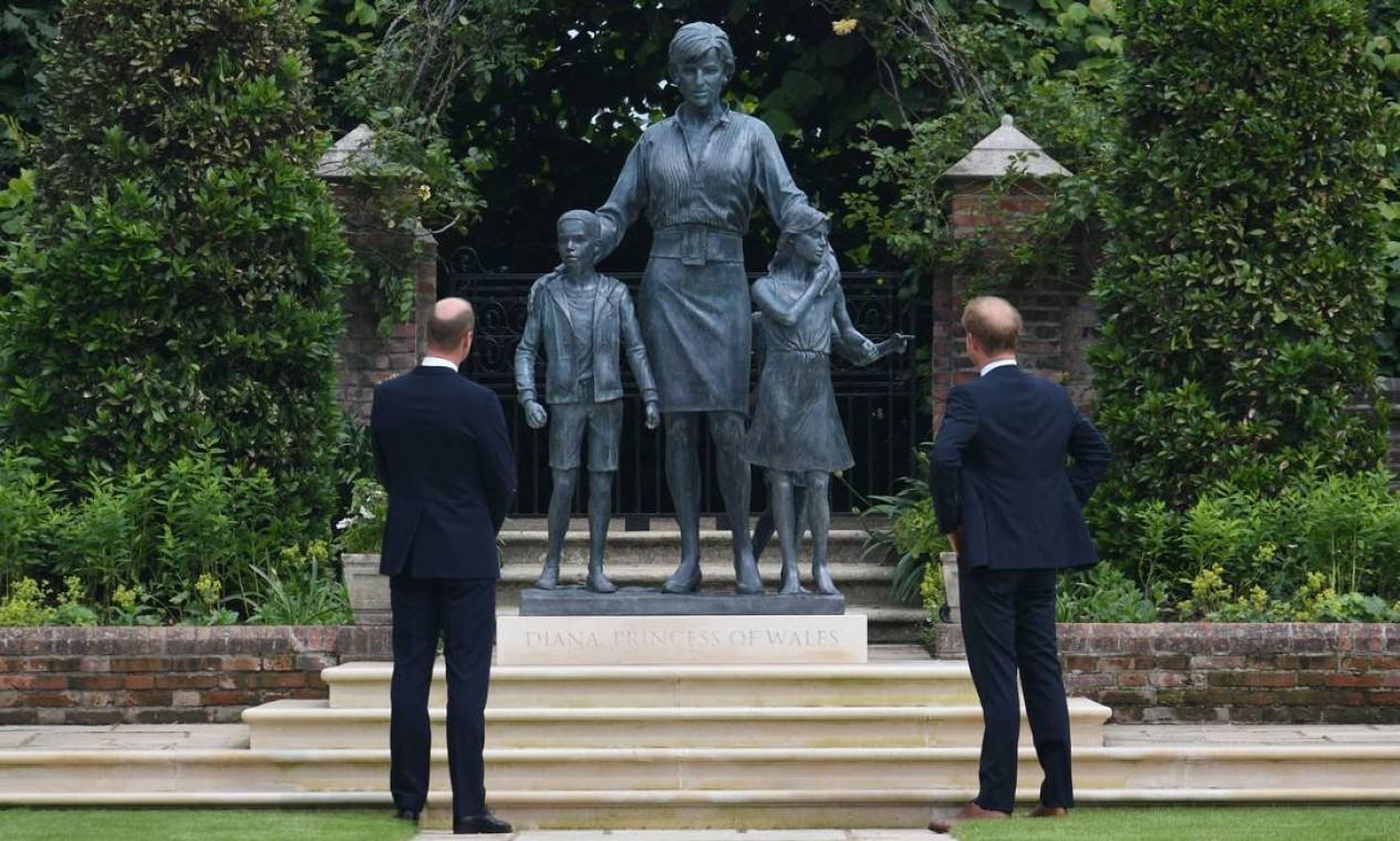Príncipes William e Harry diante da estátua da princesa Diana, inaugurada no Palácio de Kensington Foto: DOMINIC LIPINSKI / AFP