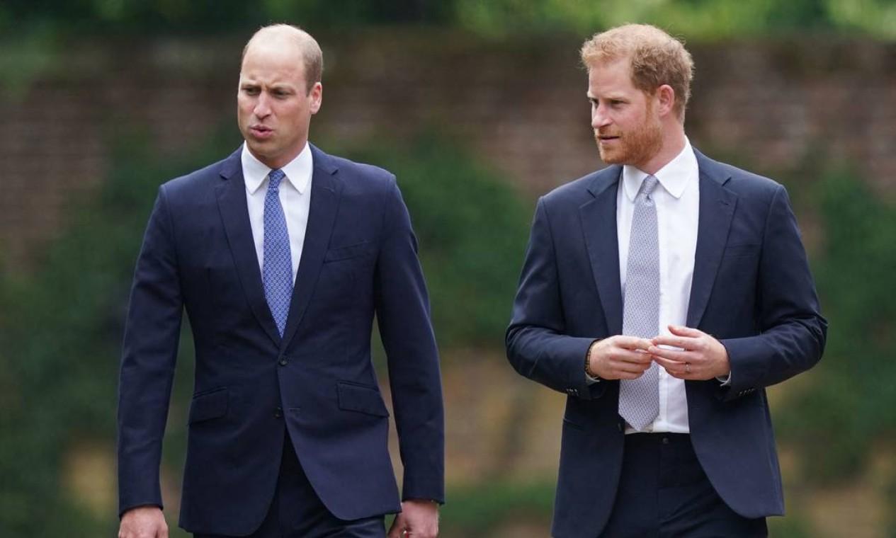 O príncipe William da Grã-Bretanha, duque de Cambridge, e o príncipe Harry da Grã-Bretanha, duque de Sussex, chegam para a inauguração de uma estátua de sua mãe, a Princesa Diana no The Sunken Garden, no Palácio de Kensington, Londres Foto: YUI MOK / AFP