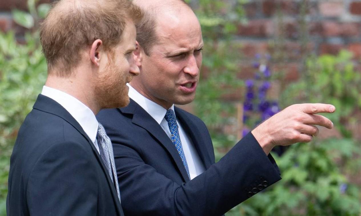 O príncipe William da Grã-Bretanha, e o príncipe Harry conversam durante a inauguração da estátua de sua mãe, a Princesa Diana no The Sunken Garden, no Palácio de Kensington, Londres Foto: DOMINIC LIPINSKI / AFP
