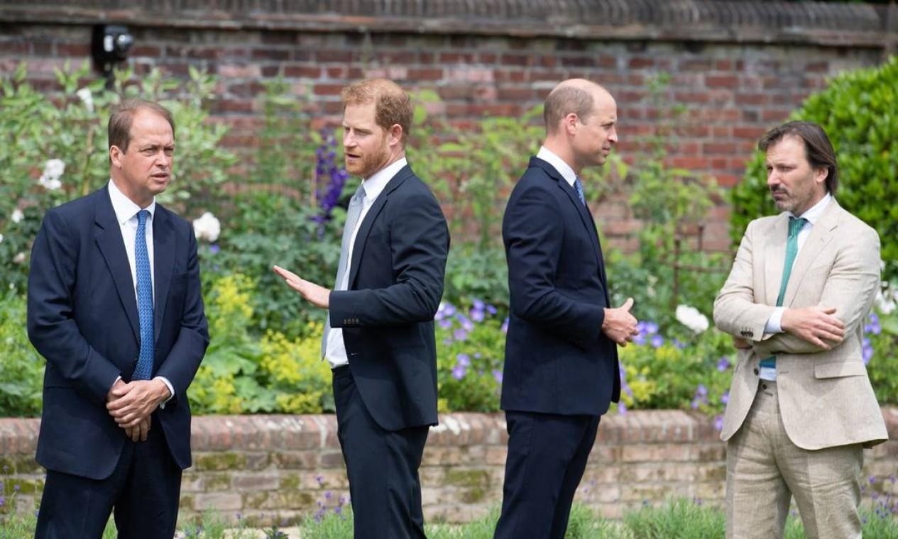 Membro do comitê de estátuas, Guy Monson, príncipe Harry, p,ríncipe William e o designer de jardins Pip Morrison conversam durante a inauguração da estátua em homenagem à falecida princesa Diana Foto: DOMINIC LIPINSKI / AFP