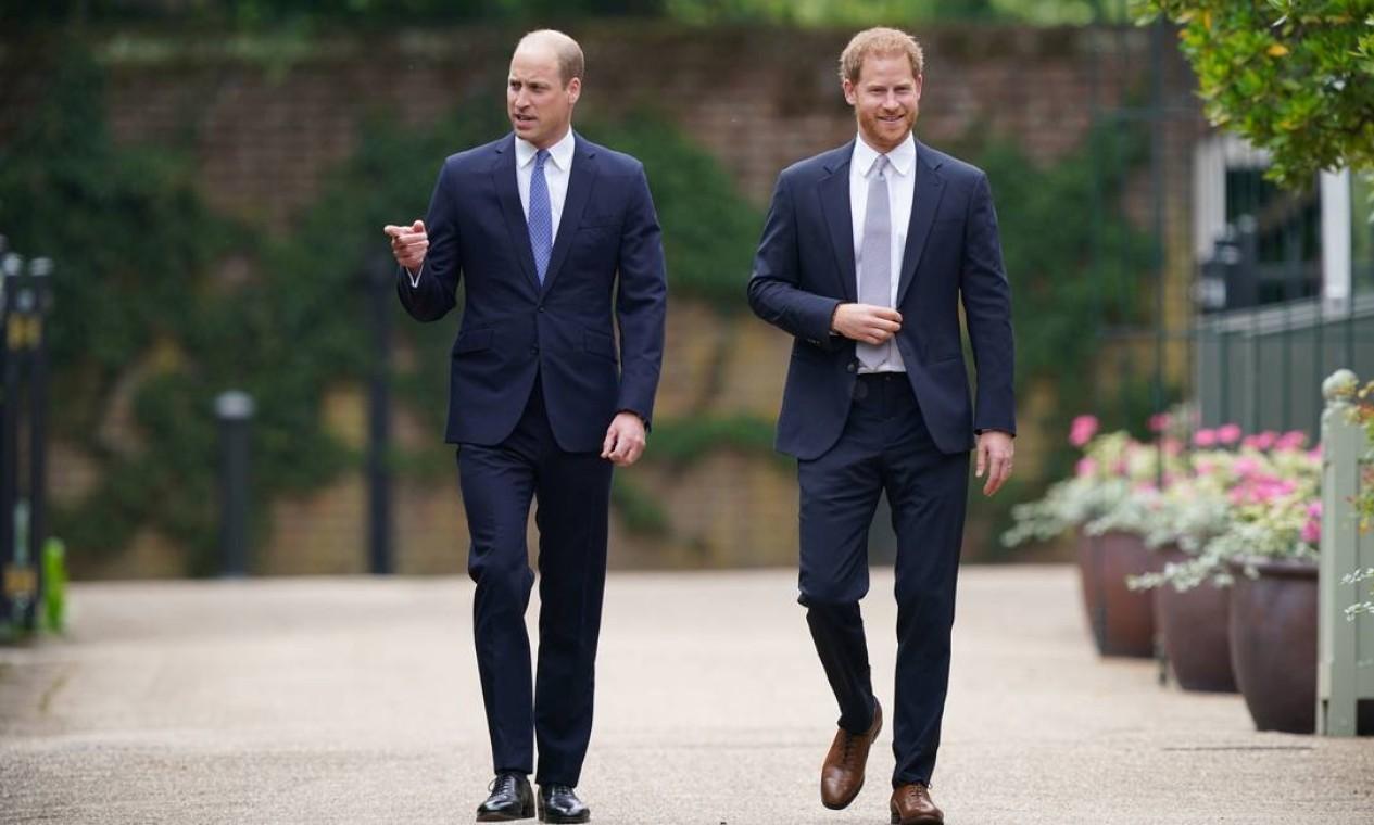 O príncipe William da Grã-Bretanha, e o príncipe Harry conversam durante a inauguração da estátua de sua mãe, a Princesa Diana no The Sunken Garden, no Palácio de Kensington, Londres Foto: POOL / REUTERS