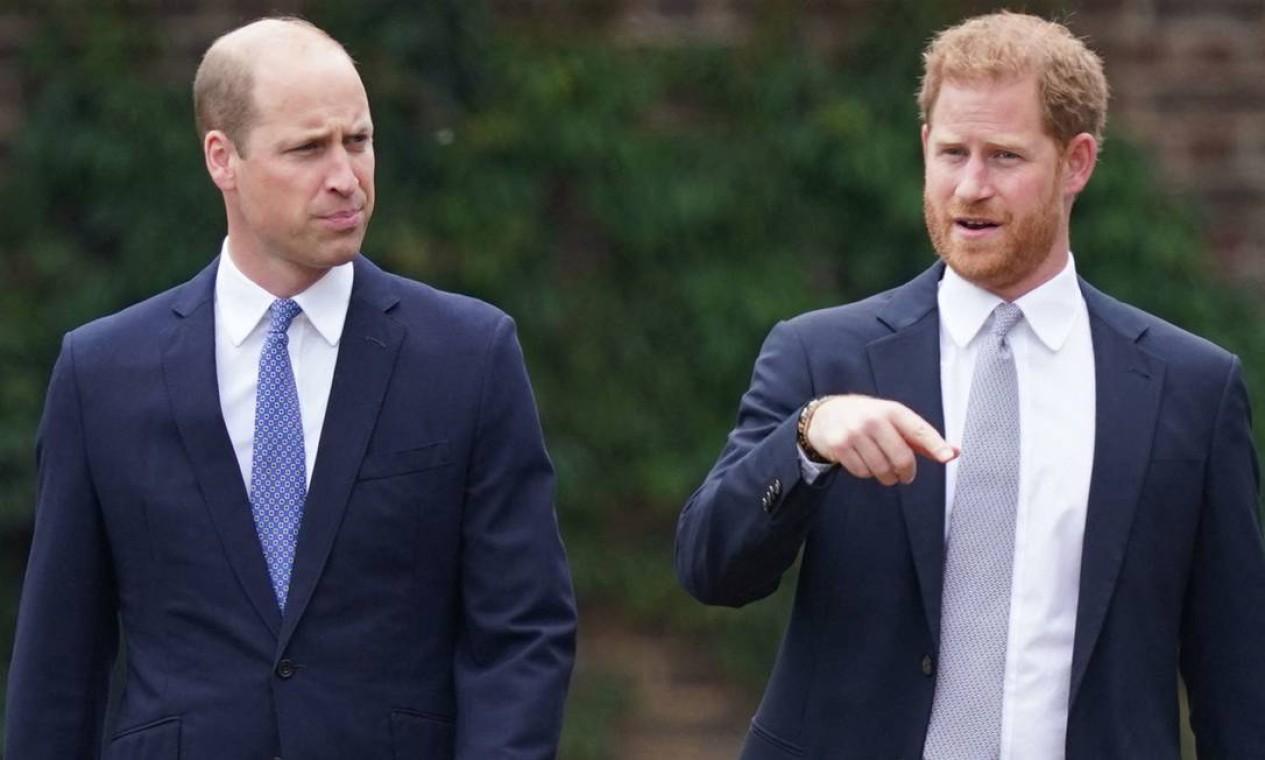 O príncipe William da Grã-Bretanha, e o príncipe Harry conversam durante a inauguração da estátua de sua mãe, a Princesa Diana no The Sunken Garden, no Palácio de Kensington, Londres Foto: YUI MOK / AFP
