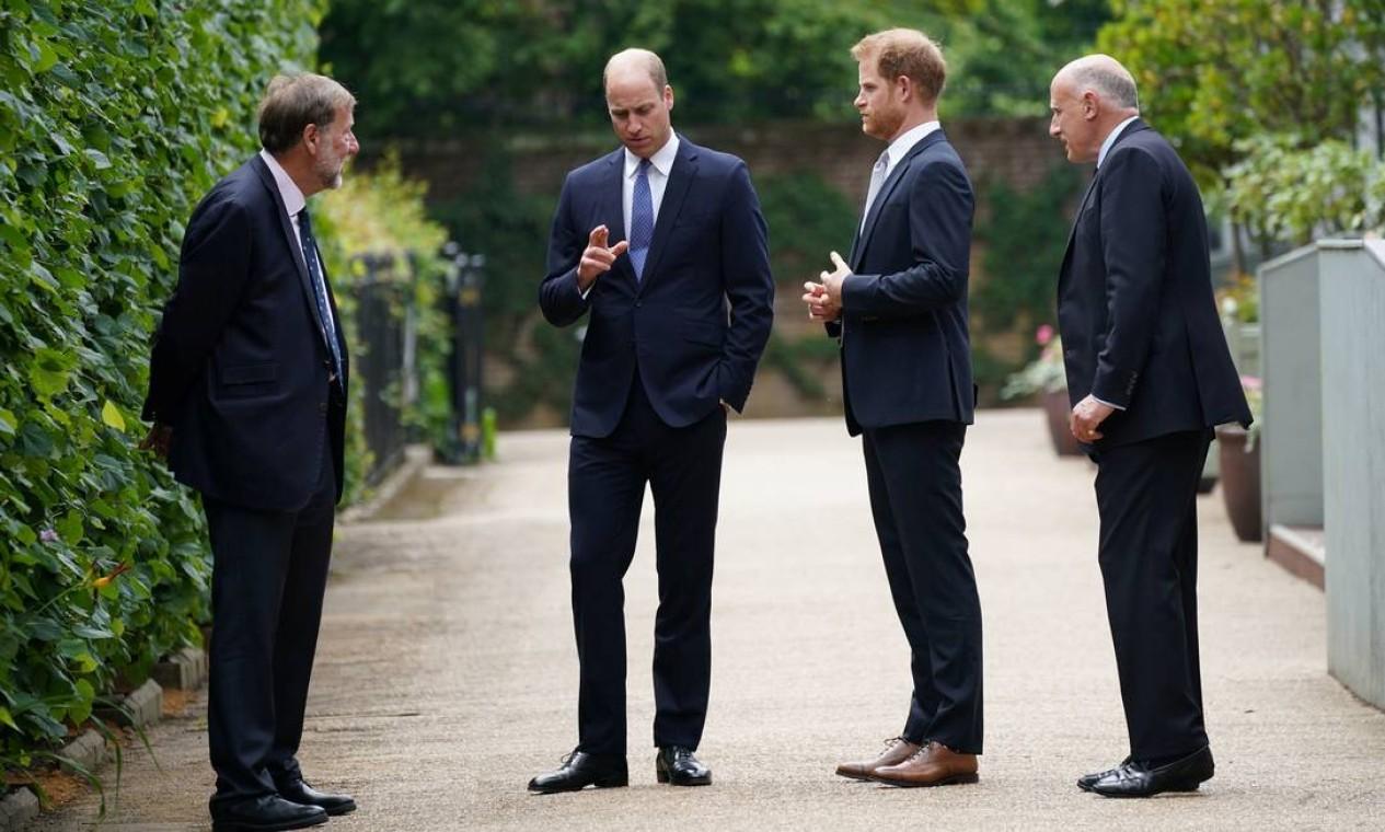 O presidente dos históricos palácios reais Rupert Gavin, o príncipe William, o príncipe Harry, e o ex-secretário particular do duque e da duquesa de Cambridge, Jamie Lowther-Pinkerto, conversam antes da inauguração da estátua em homenagem à princesa Diana Foto: POOL / REUTERS