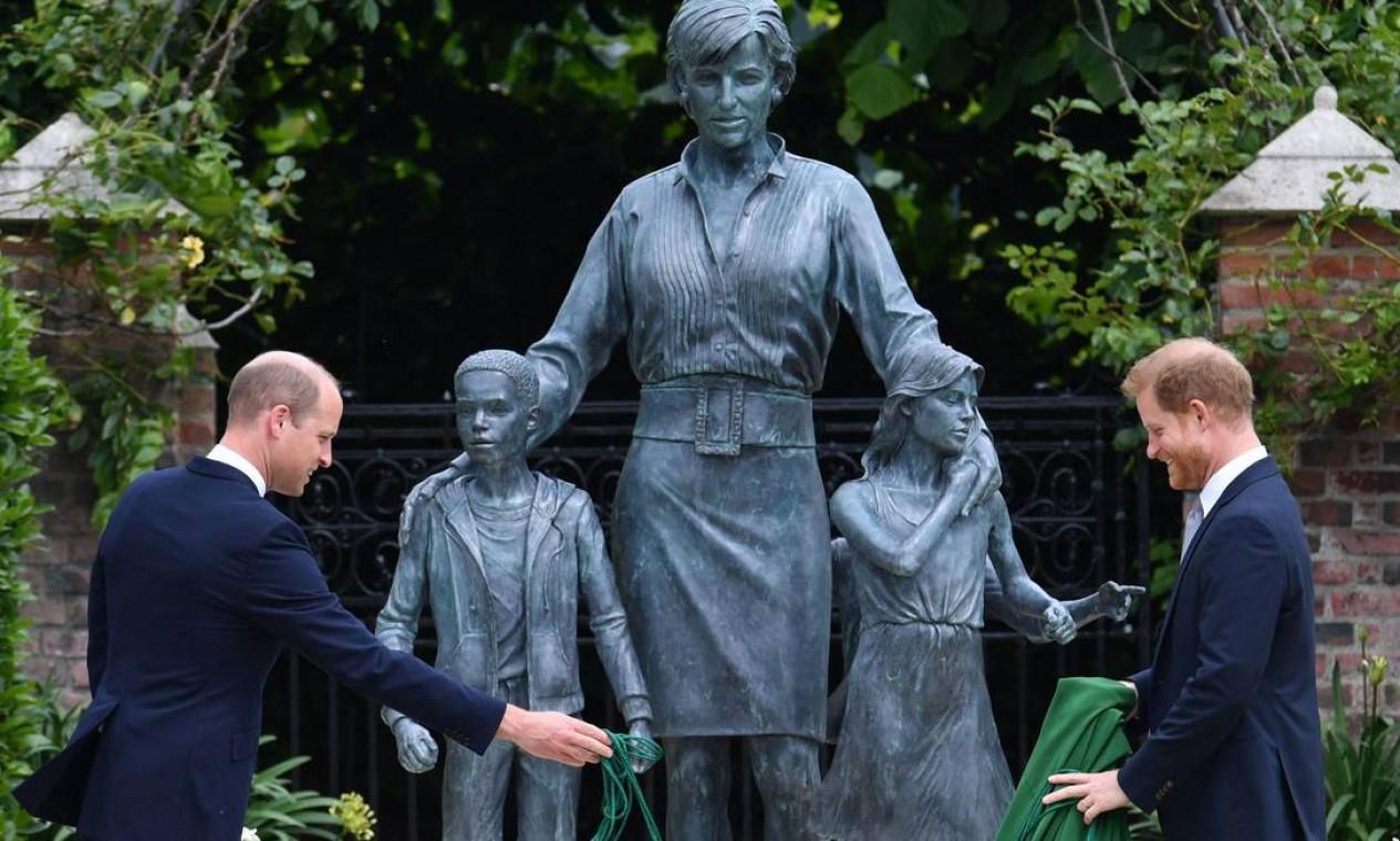 'Lembramos do seu amor, força e caráter', dizem William e Harry ao inaugurarem estátua de Diana Foto: DOMINIC LIPINSKI / AFP