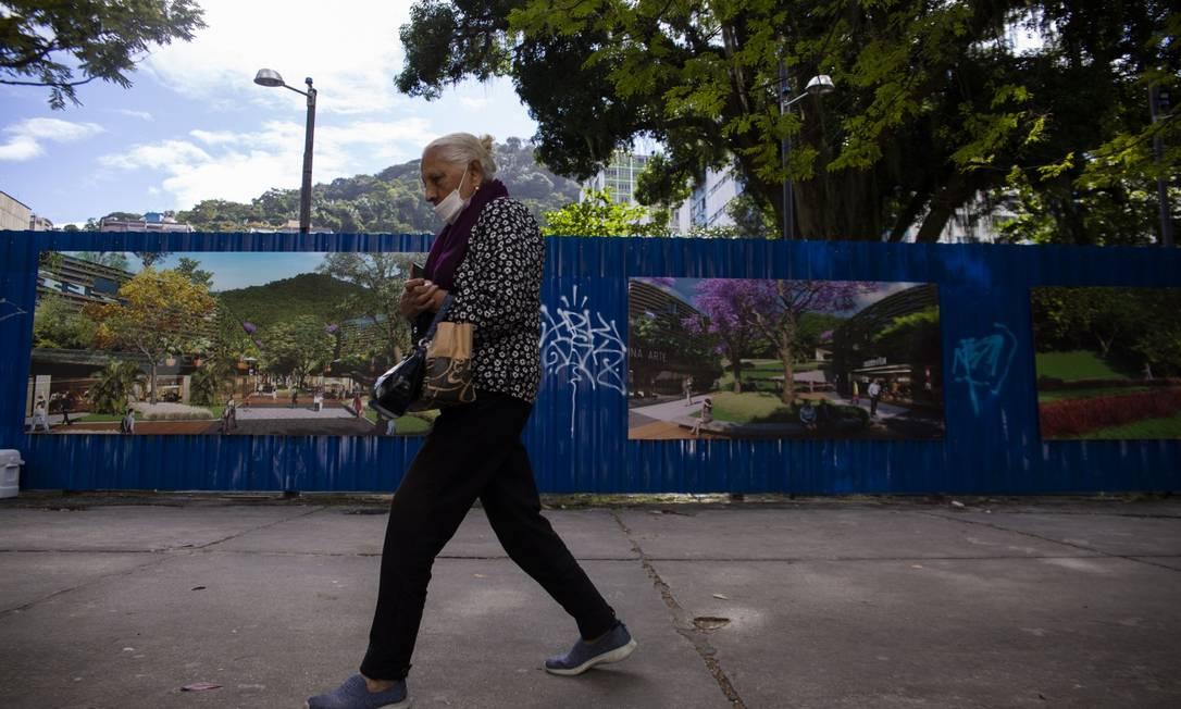 Terreno de antiga fábrica de remédios terá parque público com prédios privados híbridos: Paes sancionou projeto de lei Foto: Maria Isabel Oliveira / Agência O Globo