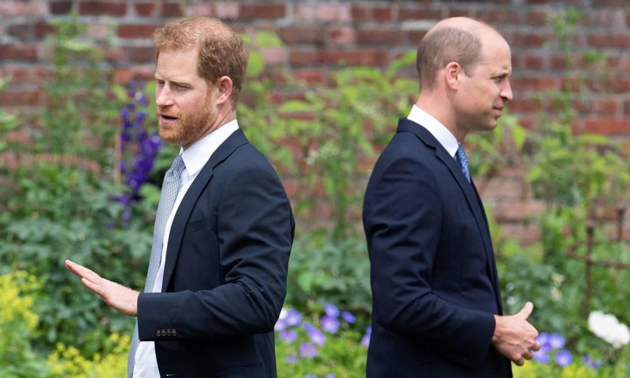 O príncipe William da Grã-Bretanha, duque de Cambridge, e o príncipe Harry da Grã-Bretanha, duque de Sussex, chegam para a inauguração de uma estátua de sua mãe, a Princesa Diana no The Sunken Garden, no Palácio de Kensington, Londres Foto: DOMINIC LIPINSKI / AFP