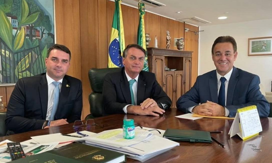 Flávio Bolsonaro, Jair Bolsonaro e Adilson Barroso, presidente afastado do Patriota: família foi convidada a se filiar à legenda Foto: Divulgação