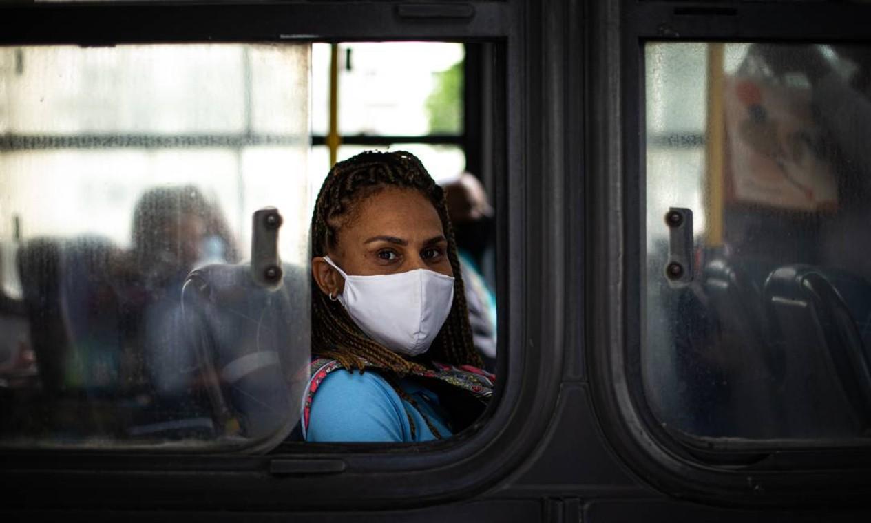 Entre os ônibus, o retrato é de 173 linhas suspensas e apenas 160 cumprindo a quantidade mínima determinada de frota nas ruas Foto: Hermes de Paula / Agência O Globo