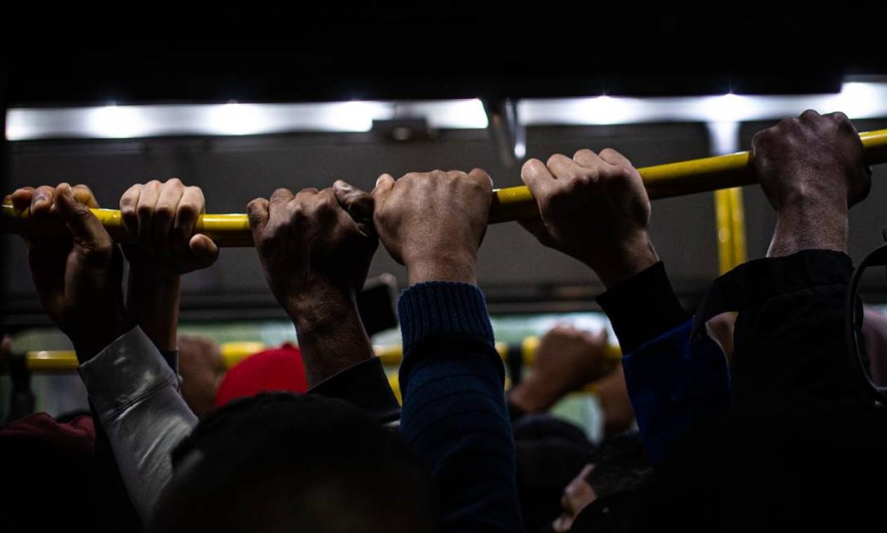 O BRT, cujo sistema foi encampado pela prefeitura, hoje transporta menos passageiros que as vans, contando apenas as legalizadas Foto: Hermes de Paula / Agência O Globo