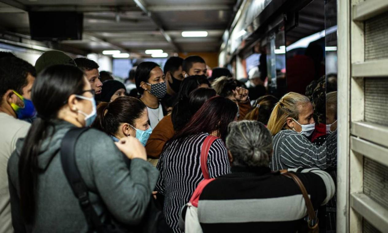 Durante toda pandemia, trabalhadores da Zona Oeste, que utilizam o BRT, não tiveram oportunidade de manter distanciamento social Foto: Hermes de Paula / Agência O Globo