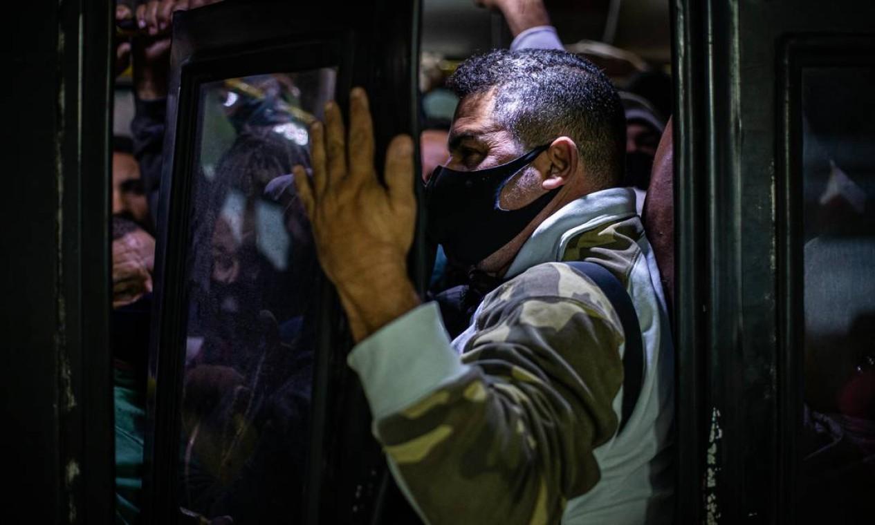 Enfrentar o colapso do BRT faz parte da rotina de quem usa a estação Mato Alto, na Zona Oeste do Rio Foto: Hermes de Paula / Agência O Globo