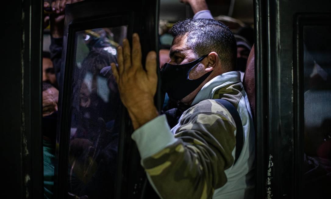 Passageiros enfrentam ônibus lotado no Rio Foto: Hermes de Paula / Agência O Globo