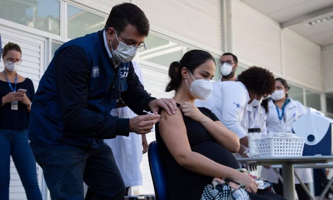 O secretário municipal de Saúde, Daniel Soranz, vacina Débora Aragão, a primeira grávida a ser vacinada no Rio em 04/05/2021 Foto: Maria Isabel Oliveira / Agência O Globo