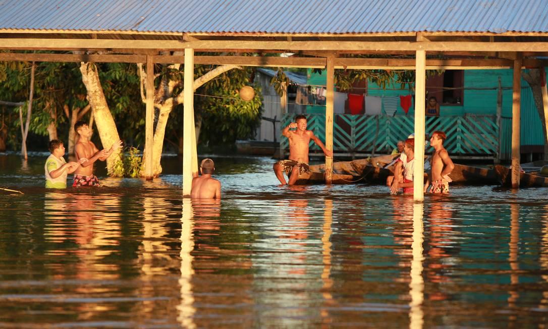 A Ilha do Marrecão, a Manacapuru, l'alluvione lascia l'acqua all'altezza della vita, dove normalmente sarebbe asciutta.Foto: Euzivaldo Queiroz / Agência O Globo