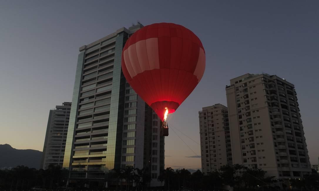 O balão ficará fixado ao chão por cabos de aço e subirá até 30 metros, em passeios de dez minutos, para duas pessoas além do piloto Foto: Divulgação/Rob Kattan