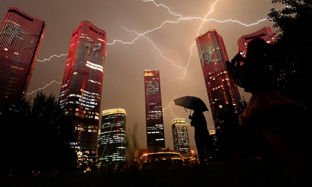 Raio cruza o céu durante show de luzes na véspera do 100º aniversário do Partido Comunista Chinês, em Pequim Foto: NOEL CELIS / AFP